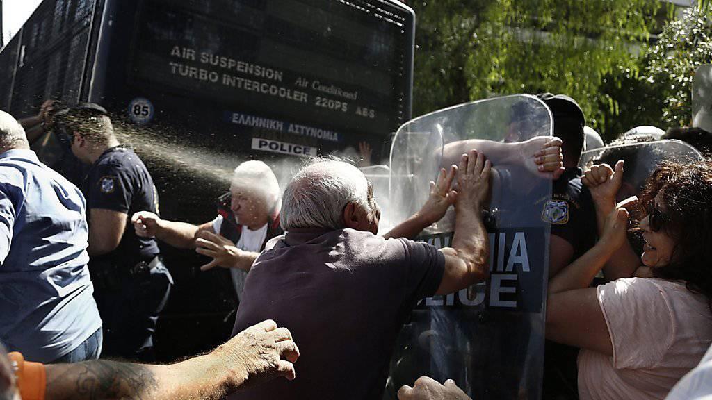 Bei Protesten von Pensionierten in Athen setzt die Polizei Tränengas ein, nachdem die Demonstranten versucht haben, ein Polizeiauto umzuwerfen. Die Regierung rechnet derweil mit mehr Wirtschaftswachstum 2017.