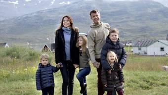 Der dänische Kronprinz Frederik (hinten rechts) wird am Samstag 50. Aus dem einstigen Rebellen des Königshauses ist ein angesehener Royal geworden. Aber er ist immer noch rockig-sportlich unterwegs. (Archivbild)