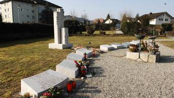 Das Spritzen von Weihwasser erfolgt nicht am Grab, sondern vom Kiesweg aus. Angelo Zambelli