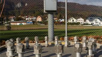 Das Fundament der Mobilfunkantenne neben dem Sportplatz steht.