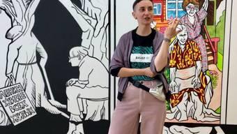 Victoria Lomasko vor ihrem Wandgemälde, das sie als Artist in Residence im Cartoonmuseum Basel geschaffen hat.