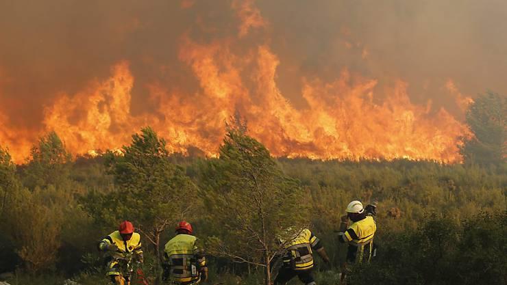 Feuerwehrmänner kämpfen gegen die Flammen bei Marseille.