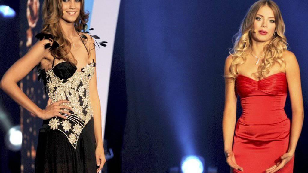 Die Miss Schweiz 2010, Kerstin Cook (links), und Co-Moderatorin Xenia Tchoumitcheva an der Miss Schweiz Wahl 2011. (Archivbild)