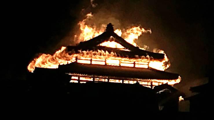 Weltkulturerbe in Flammen: Das Hauptgebäude der Burg Shuri im südjapanischen Ferienparadies Okinawa stand in der Nacht zum Donnerstag im Vollbrand.