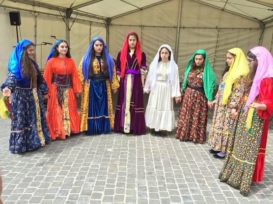 Bunte Darbietung der kurdischen Tanzgruppe.