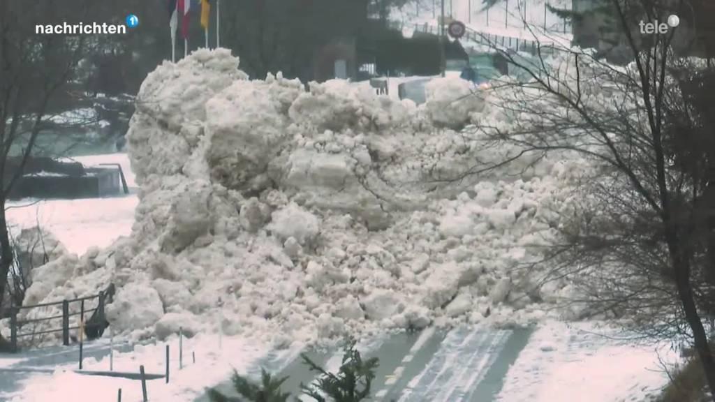 Schneechaos: Lawine versperrt Strasse in Seedorf