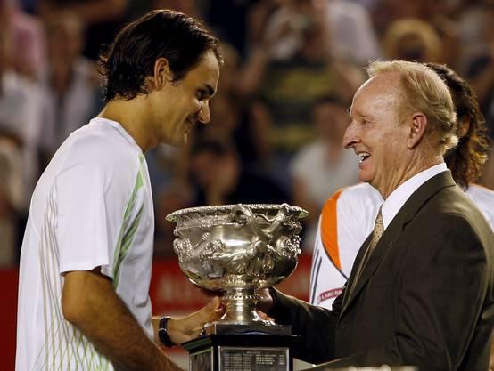 2006 überreicht Rod Laver bei den Australian Open auf dem nach ihm benannten Centre Court Roger Federer den Norman Brookes Challenge Cup (Bild: Keystone).