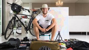 Hab und Gut für ein Jahr: Der 24-jährige Lukas Steiner sitzt inmitten seines Reisegepäcks für den Velotrip nach Kapstadt.