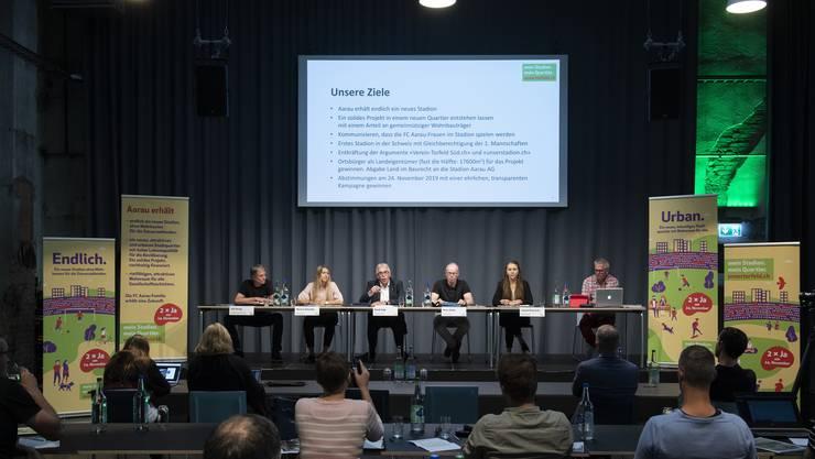Vertreter des Co-Präsidiums (v.l): Ueli Hertig (Präsident Pro Aarau, Architekt), Martina Schwaller (FC Aarau Frauen), Ruedi Vogt und Peter Zubler (Verwaltungsräte FC Aarau AG, Initianten), Salomé Ruckstuhl, Einwohnerrätin SP Aarau.