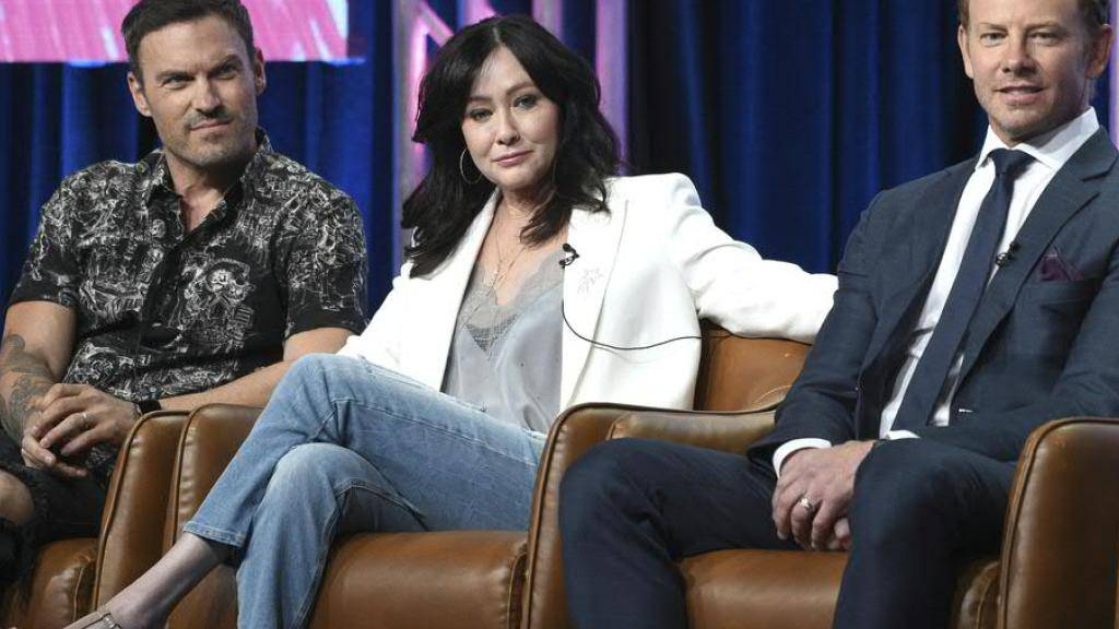 """Shannen Doherti präsentierte im August 2019 mit ihren Serienkollegen Brian Austin Green (l.) und Ian Ziering (r.) die   """"90210""""-Neuauflage. Nun ist bei der 48-jährigen der Bruskrebs wieder ausgebrochen."""