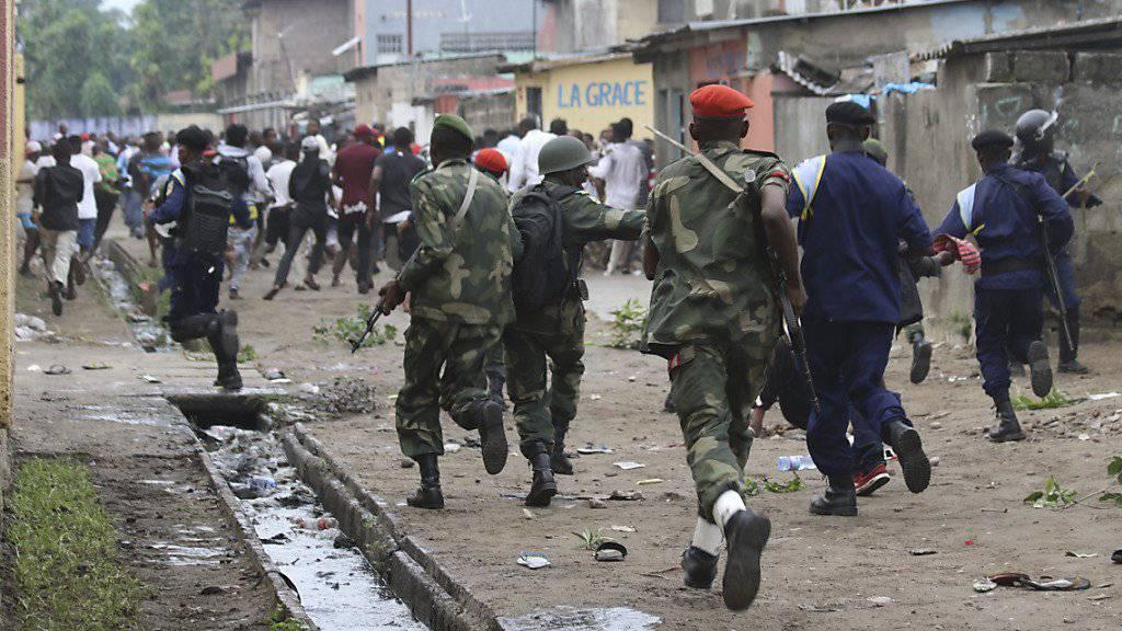 Sicherheitskräfte vertreiben Demonstranten in Kinshasa.