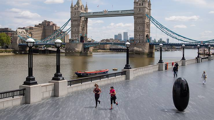 Jogger laufen in London am Ufer der Themse entlang. Foto: Dominic Lipinski/PA Wire/dpa