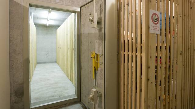 Eingang zu einem Luftschutzraum in einem Mehrfamilienhaus