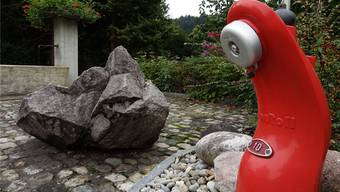 Alter Dorfbrunnen und moderner Hydrant in Hornussen: Wasser fliesst an beiden Orten – ob mit oder ohne Verbandslösung. chr