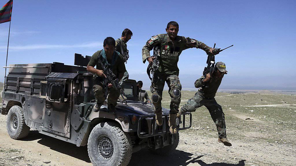 Afghanische Soldaten bei einem Einsatz. Afghanistan und die USA bestätigten, dass der Anführer der Terrormiliz IS in Afghanistan getötet worden ist. (Archiv)