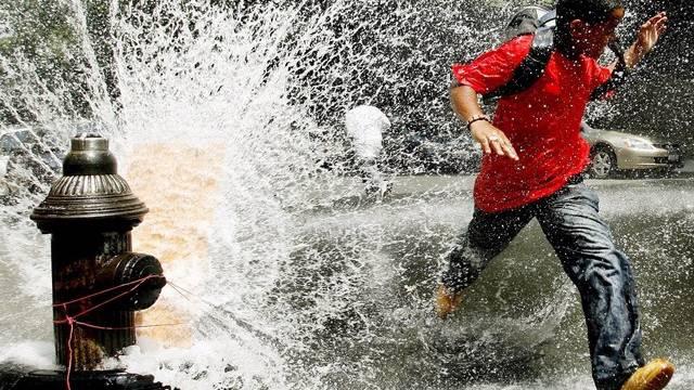 Wasser tritt aus einem Hydranten aus (Symbolbild aus den USA, Archiv)
