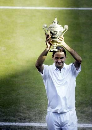 3) 2004 verteidigt Federer den Wimbledon-Titel gegen den US-Amerikaner Andy Roddick mit 4:6, 7:5, 7:6 (7:3), 6:4.