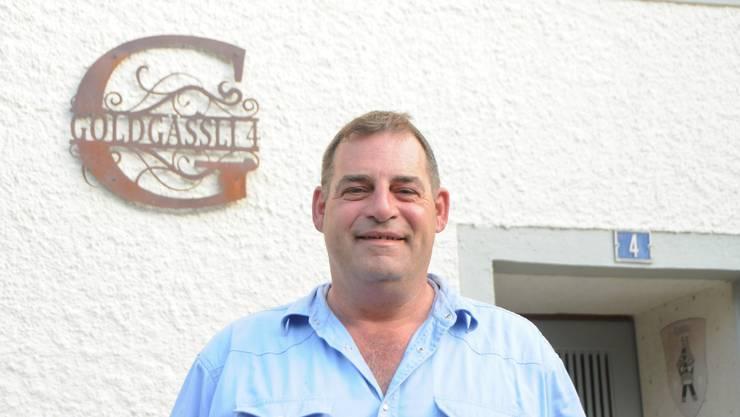 Bauherr und Eigentümer Eric Häfeli vor seinem historischen Haus.