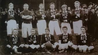 Ein Mannschaftsfoto von Hannover 96 von 1901. Max Senn sitzt in der unteren Reihe und hält den Ball.