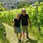 Alice und Peter Gutzwiller kontrollieren ihre Rebstöcke oberhalb von Magden auf Krankheiten – und sind zufrieden: «Die Pflanzen sind gesund.» Nadine Böni