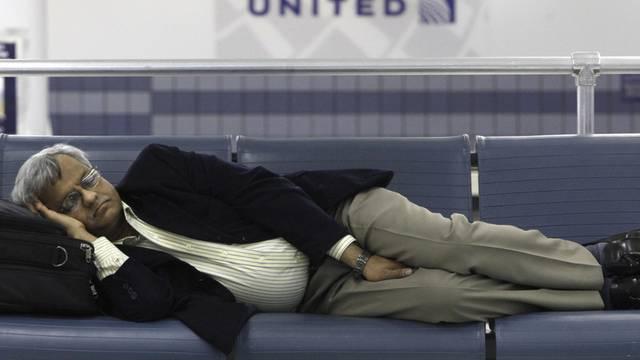 Ein Passagier schläft im Flughafen Chicago