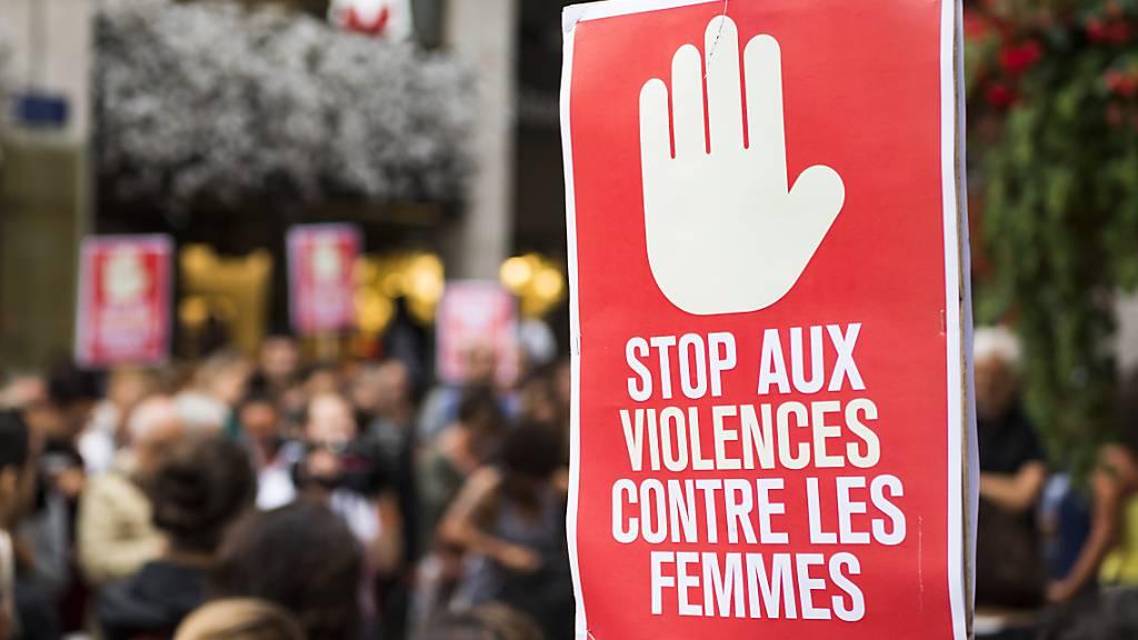 Nach Angriff vor Nachtclub: Protestaktion gegen Gewalt an Frauen in Genf