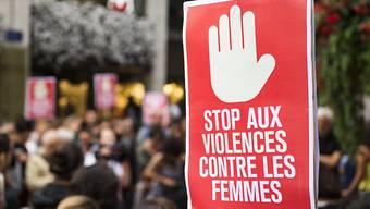 Rund 100 Personen haben am Donnerstagabend in Genf gegen Gewalt an Frauen protestiert. Anlass für die Kundgebung war ein Angriff einer Gruppe Männer auf fünf Frauen vom Mittwoch. Zwei der Frauen wurden so schwer am Kopf verletzt, dass ihr Zustand weiterhin ernst ist - eine davon liegt sogar im Koma.