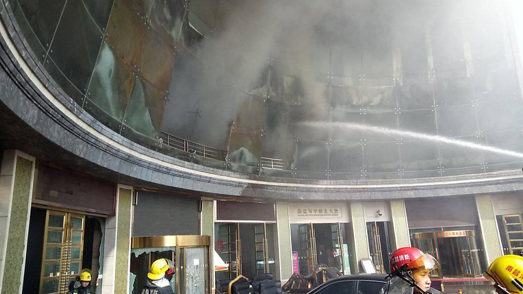 Löscharbeiten beim Brand in dem Hotel in Nanchang