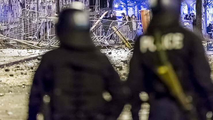 Polizisten bei der Reitschule in Bern im Einsatz nach einer Demonstration im Februar 2017. (Archivbild)