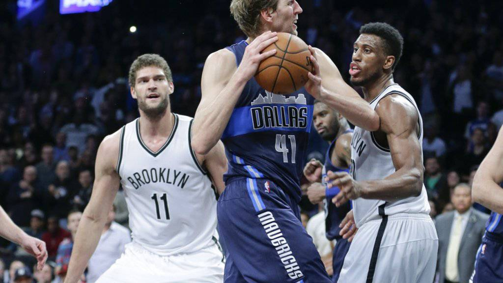 Dirk Nowitzki setzt sich gegen die Verteidigung der Brooklyn Nets energisch durch