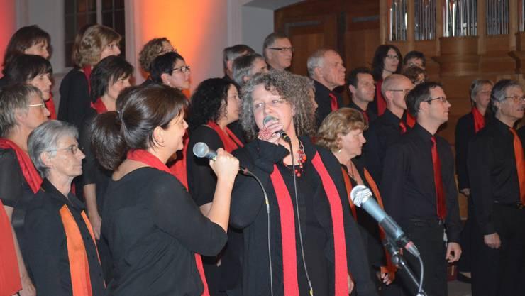 Karin Hunziker (li.) und Christine Schaub singen mit dem Chor God gave me a song.