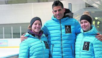 Tragen stolz das Logo des Eislauf-Clubs Urdorf auf der Brust: Cheftrainer Fabrizio Urso mit Sinja De Crom (links) und Lotta Högger.