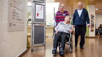 Die freiwilligen Mitarbeiter Lotti Hunziker und Rainer Stöckli besuchen Bewohnerin Nelly Johler-Lüscher im Pflegeheim Lindenfeld.