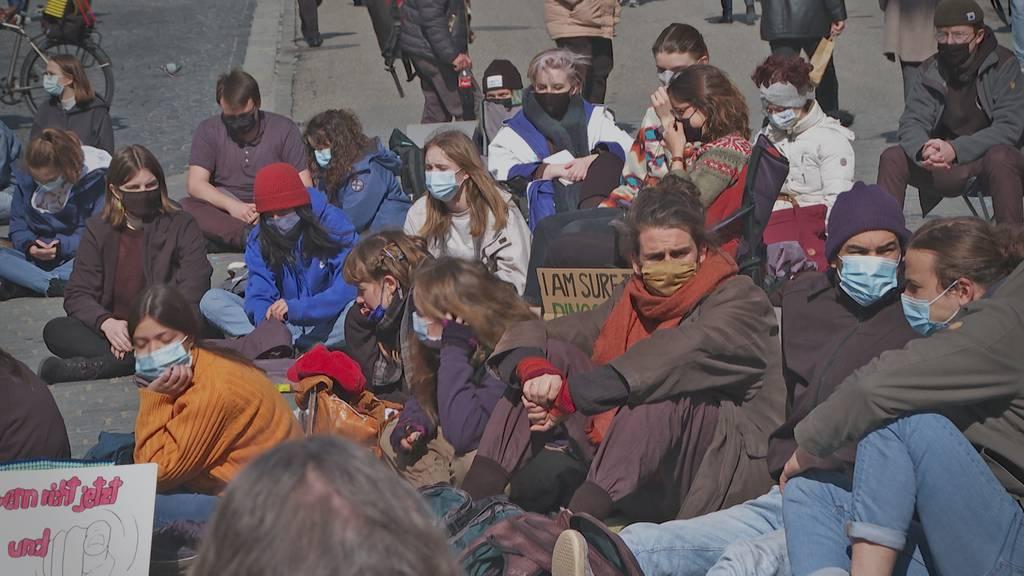 Sitzstreik fürs Klima: Jungedliche kämpfen für ihre Zukunft