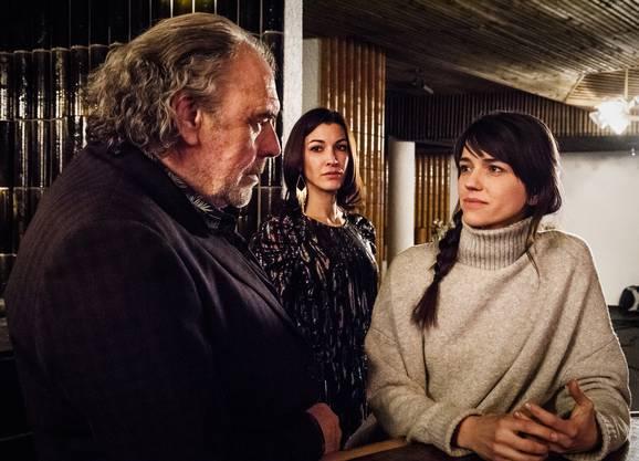 v.l. Christian Kohlund als Armon Todt, Amira el Sayed als Amina Al-Baroudi, und Sarah Spale als Rosa Wilder