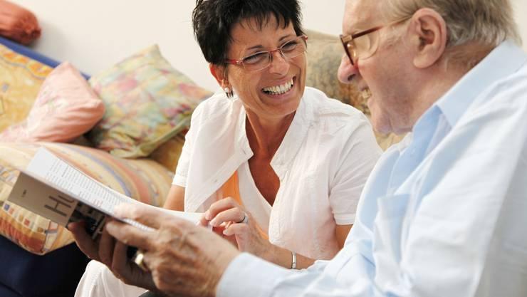 Die Betreuung pflegebedürftiger Menschen ist für Angehörige herausfordernd – der Entlastungsdienst hilft dabei.