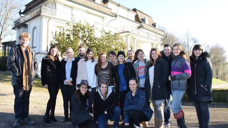 Hier entwickeln sie den Blick für Geschichten und feilen an Darstellungstechniken: Erwin Koch (l.) und die 16 Jungjournalisten vor der Ringier-Villa an der Römerhalde.
