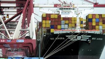 Der Handelsstreit zwischen den USA und China dämpft das Wirtschaftswachstum in beiden Ländern spürbar. (Archiv: Hafen von Qingdao)