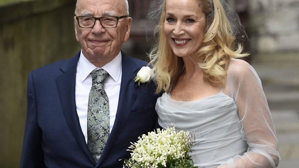 Rupert Murdoch (links) und das Ex-Model Jerry Hall haben am 5. März in der St Bride's Kirche in London geheiratet