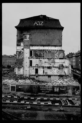 Es herrscht wieder Frieden im Land: Das AJZ-Gebäude an der Basler Hochstrasse wird 1981 dem Erdboden gleichgemacht.