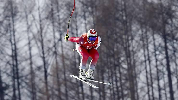 Beat Feuz springt auf der Olympia-Strecke von Jeongseon dem Ziel entgegen