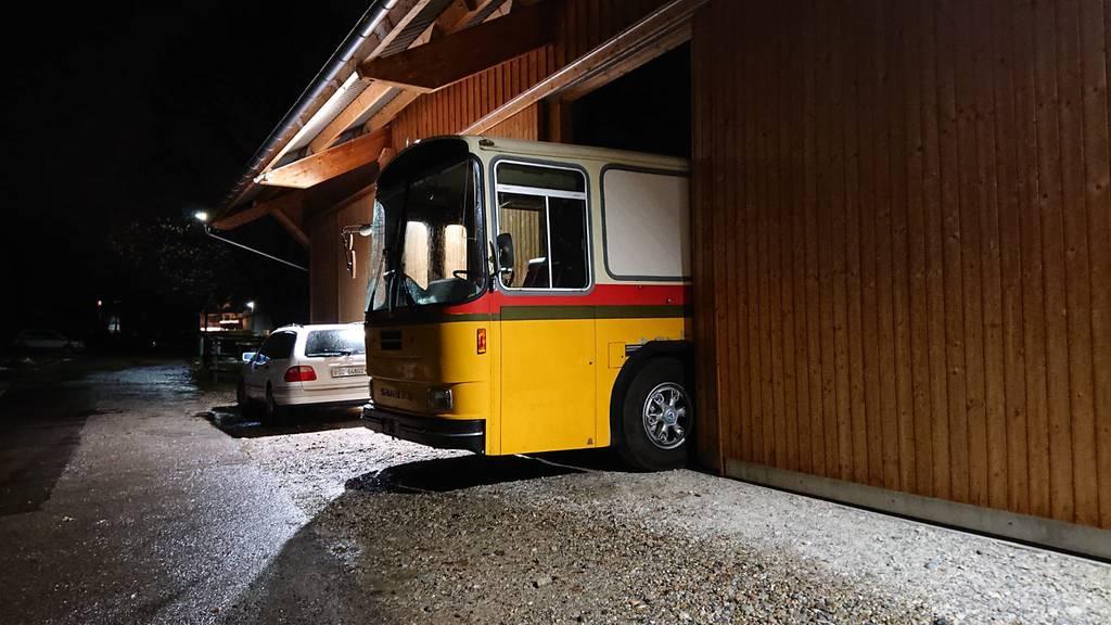 Der Bus ist so gross, dass er nicht ganz in die Garage passt.