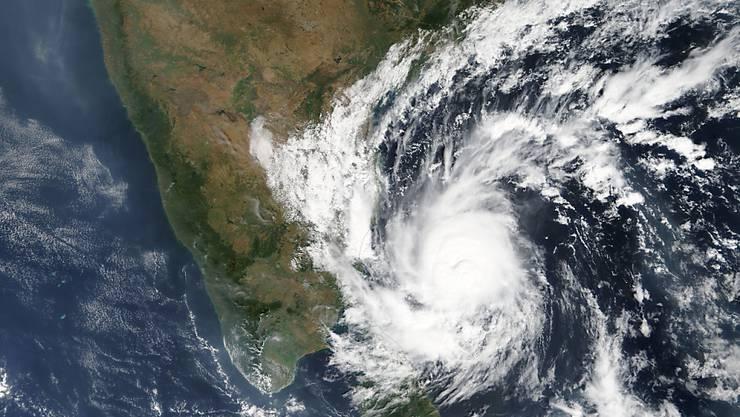 """Der Wirbelsturm """"Gaja"""" auf Satellitenbildern. Am Boden sorgte er für tödliche Unwetter mit mehreren Toten."""