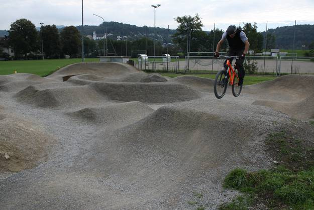 Biker Beat Künzli springt über eine Welle
