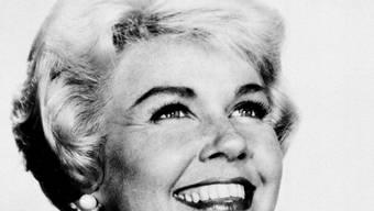 """Die amerikanische Schauspielerin Doris Day spielte 1959 im Film """"Bettgeflüster"""" die Hauptrolle; ihr Leinwand-Partner war Rock Hudson, der 1985 gestorben ist. Die beiden wurden damals als Traumpaar gefeiert. Die heute 97-Jährige vermisst ihren Freund. (Archivbild)"""