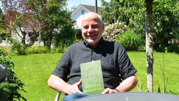 Mit 70 Jahren zum Krimiautor geworden: Hans Beer in seinem Garten in Gretzenbach.