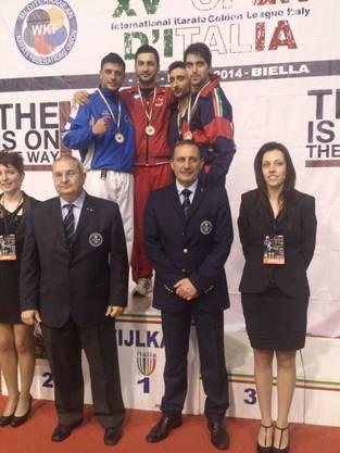Murat Sahin auf dem Podest (Mitte in rot)