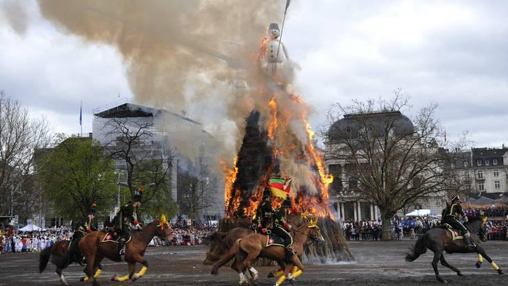 Der Höhepunkt des Sechseläutens: Der brennende Böögg am Ende des Umzugs zum Scheiterhaufen.