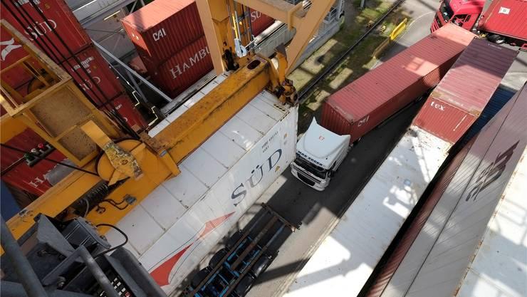 Bisher werden neun von zehn im Hafen umgeschlagene Container auf der Strasse transportiert. Dies soll sich mit Basel Nord ändern.