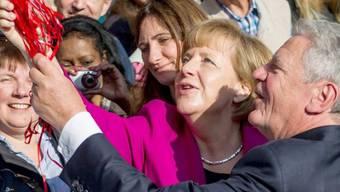 Kanzlerin Merkel (Mitte) und Bundespräsident Gauck in Hannover
